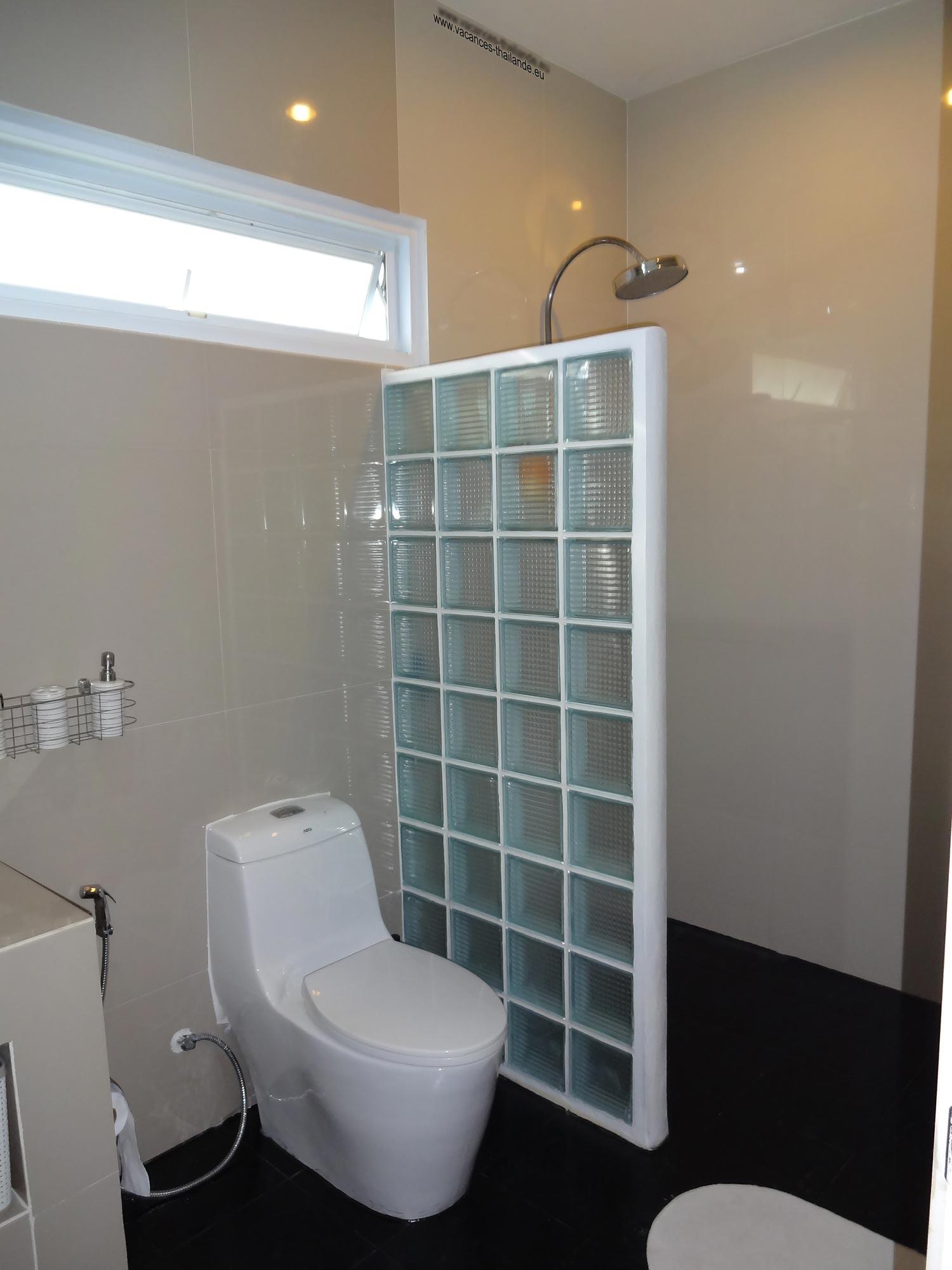 villa vacances thailande page de la photo 37 salle de bain noire de la chambre queen size mauve. Black Bedroom Furniture Sets. Home Design Ideas